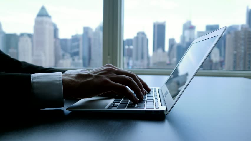 Печатающий человек на ноутбуке